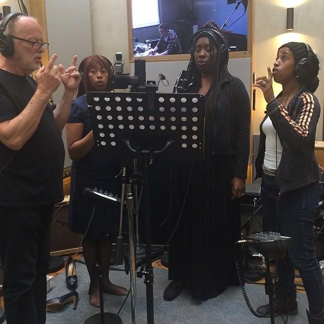 Lo scatto (recente, a giudicare dall'aspetto di Gilmour) ritrare il chitarrista dirigere tre coriste, tra le quali Durga McBroom (oggi Durga McBroom-Hudson), che sul suo account ufficiale Twitter ha rilanciato il primo post della Samson.